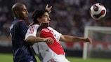Mickaël Tavares dello Slavia affronta Luis Suarez (Ajax) nella gara di andata