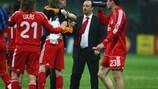Rafael Benítez festeja o apuramento do Liverpool com os seus jogadores