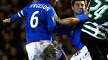 Barry Ferguson e Kevin Thomson (Rangers) lottano con Miguel Veloso (Sporting)