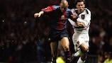 "Встреча ""Юнайтед"" с ""Барселоной"" в ЛЧ-1998/99: Райан Гиггз (справа) против Луиса Энрике"