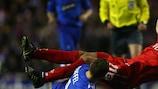 O avançado belga do Rangers, Thomas Buffel, desarma Tomáš Ujfaluši, da Fiorentina