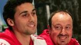 Álvaro Arbeloa and Rafael Benítez enjoy a joke on the eve of the match