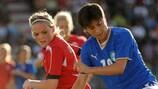 Норвежка Катрине Андресен против автора победного гола Аличе Паризи (справа)