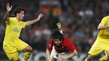 Ji-Sung Park takes the unorthodox route through the Villarreal defence