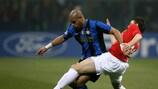 Adriano (FC Internazionale Milano) aux prises avec Michael Carrick (Manchester United FC)