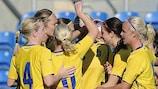 Lotta Schelin (terceira à direita) é saudada após colocar a Suécia em vantagem frente aos EUA