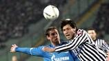 Maurizio Domizzi (Udinese Calcio) und Ivica Križanac (FC Zenit St. Petersburg) im Kampf um den Ball