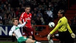 Bremen keeper Tim Wiese saves from HSV's Ivica Olić in the first leg