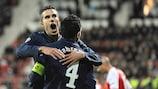 Cesc Fàbregas y Robin van Persie celebran el 0-1 para el Arsenal