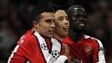Robin van Persie (links) genießt den Sieg von Arsenal