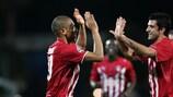 Jussiê recibiendo las felicitaciones por el gol