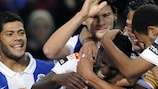 Silvestre Varela es felicitado por sus compañeros de equipo después de que su centro supusiera el primer tanto del Oporto