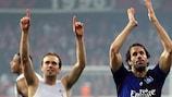 Joris Mathijsen & Ruud van Nistelrooy feiern mit den Fans des HSV
