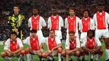 Equipa do Ajax antes de um jogo na UEFA Champions League de 1995/96