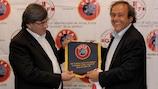 GFF-Präsident Domenti Sichinava beim Wimpeltausch mit UEFA-Präsident Michel Platini