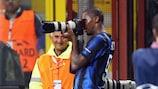 Samuel Eto'o comemora o primeiro de três golos marcado ao Bremen