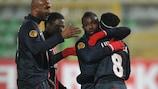 PSG celebrate Péguy Luyindula's goal while huddling for warmth in Lviv
