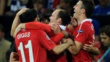 Wayne Rooney é felicitado após ter marcado o segundo golo do United