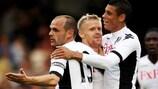 Damien Duff (en el centro) es felicitado por Matthew Briggs y Danny Murphy tras abrir el marcador para el Fulham FC