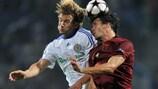 Le buteur du Dynamo, Andriy Shevchenko, dispute le ballon à Alejandro Domínguez du Rubin, en 2009