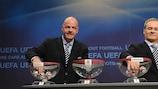 O secretário-geral da UEFA, Gianni Infantino (à esquerda), e o director de competições da UEFA, Giorgio Marchetti, conduzem o sorteio