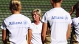 Silvia Neid dirige um treino da Alemanha antes do encontro com a Suíça, em Augsburg