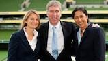 A coordenora de futebol feminino da UEFA, Emily Shaw, o director executivo da FAI, John Delaney, e a embaixadora Steffi Jones marcam o lançamento da Liga Nacional Feminina Irlandesa, em Dublin