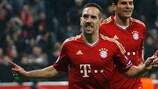Franck Ribéry (à esquerda) celebra com Mario Gomez depois de marcar o primeiro golo do Bayern