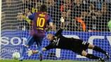Lionel Messi marca o primeiro dos seus dois penalties em Camp Nou