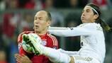 Madrids Sergio Ramos (rechts) im Zweikampf mit Bayerns Arjen Robben