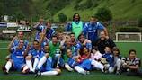 El FC Santa Coloma posa con el título de la Copa Constitució