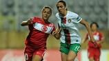 Sevgi Çinar e Fátima Pinto disputam a bola