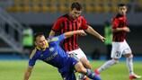 Jovan Kostovski (derecha) pugna con el jugador del BATE Aleksandr Yurevich