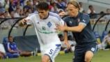 El centrocampista del Dínamo, Ognjen Vukojević (izquierda) trata de superar a Ruud Vormer en el partido de ida