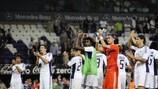Los jugadores del Anderlecht reciben los aplausos de los aficionados tras el triunfo