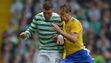 Gary Hooper (izq) se disputa la posesión del balón con Joel Perovuo, del HJK, en el partido de ida