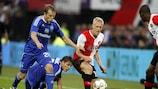 Lex Immers, del Feyenoord, compite por un balón con Oleh Gusev