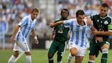 Jérémy Toulalan pelea un balón con Kostas Katsouranis durante la derrota del Panathinaikos 2-0 en suelo español