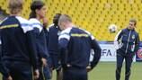 Aykut Kocaman observa el entrenamiento del Fenerbahçe