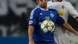 Martin Stranzl lucha con el jugador del Dynamo Niko Kranjčar