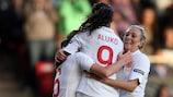 Casey Stoney (a gauche) célèbre le but de la victoire de l'Angleterre avec Eniola Aluko et Toni Duggan