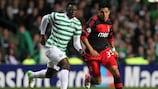 El jugador del Celtic Victor Wanyama (izquierda) pugna con Enzo Peréz