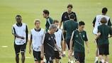 José Mourinho dirige la última sesión de entrenamiento del Real Madrid CF antes del partido ante el Manchester City