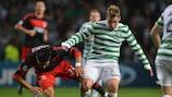 El jugador del Celtic Kris Commons lucha con Enzo Peréz