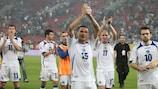Os jogadores da Bósnia e Herzegovina aplaudem os seus adeptos após o empate na Grécia