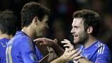 Juan Mata (derecha) celebra su gol con Oscar