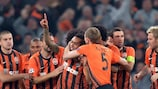 Alex Teixeira es felicitado tras marcar el primer gol del Shakhtar