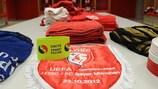 """Uma braçadeira de capitão com a mensagem """"Unidos Contra o Racismo"""" no balneário do Lille antes do jogo com o Bayern na UEFA Champions League"""
