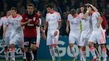 Thomas Müller (der) es felicitado tras marcar desde el punto de penalti
