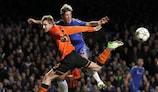 El jugador del Shakhtar Olexandr Kucher y el del Chelsea Fernando Torres luchan por un balón
